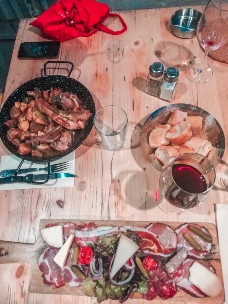 mangiare a portovecchio, selezione di charcuterie e formaggi