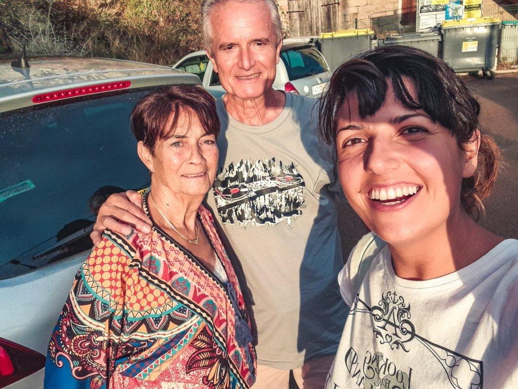 fare autostop da sole, con una coppia di turisti in Corsica