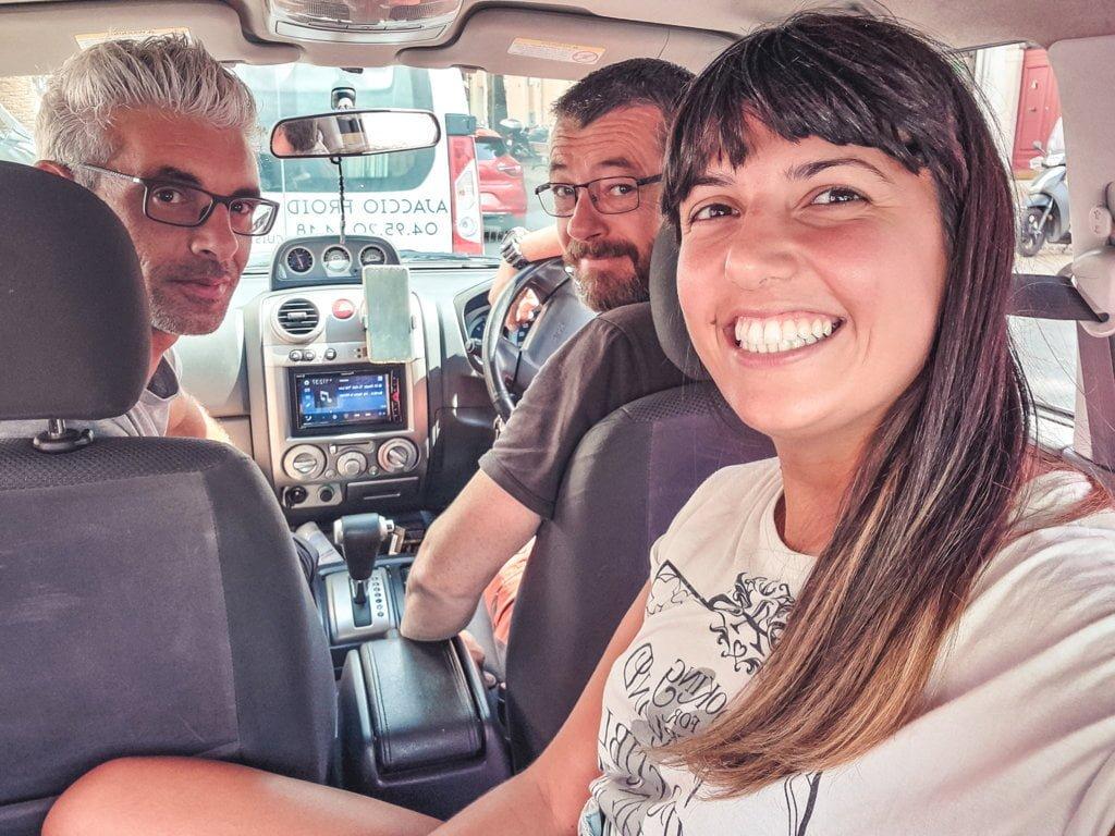 fare-autostop-da-sole-io-con-due-ragazzi-che-mi-hanno-caricata-in-Corsica
