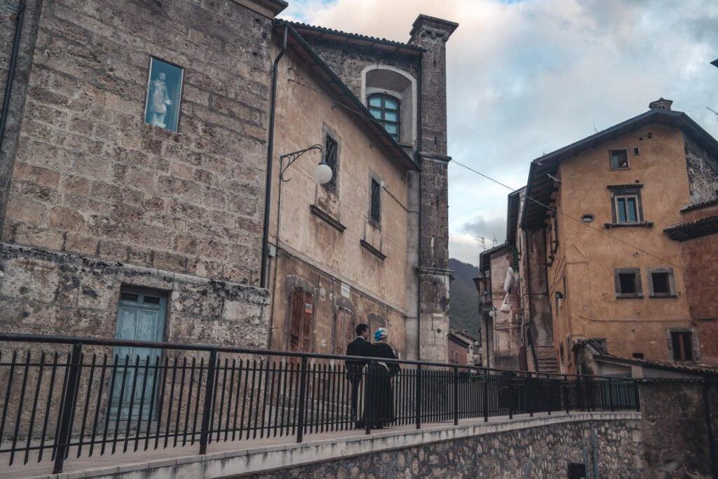 borgo storico di Scanno, la donna che passeggia ha l'abito tradizionale