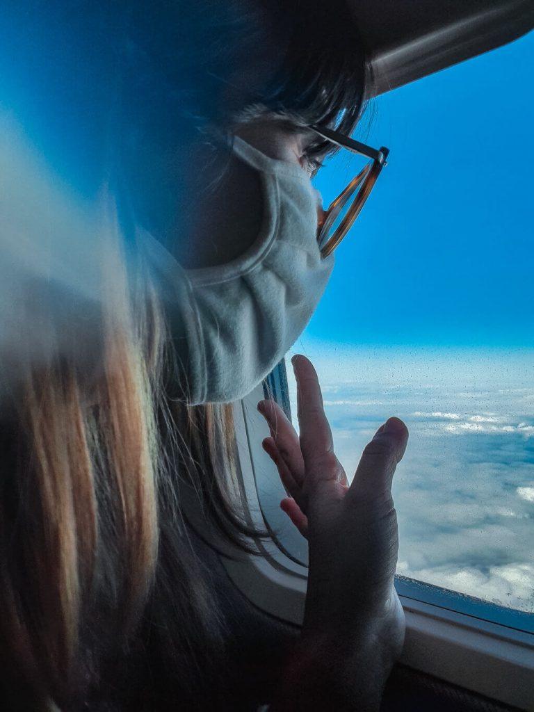 se si vola durante la pandemia, a bordo è obbligatorio indossare la mascherina