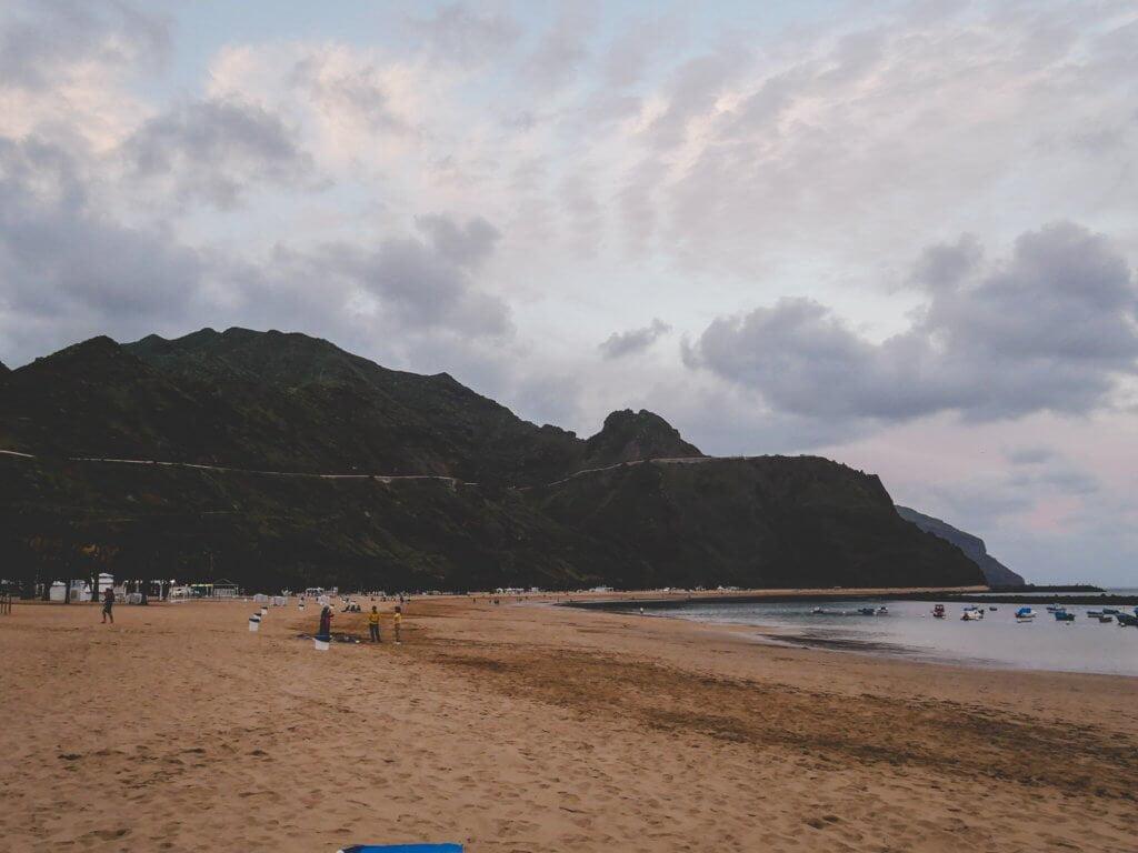cosa fare a tenerife, prendere il sole nelle sue spiagge dorate