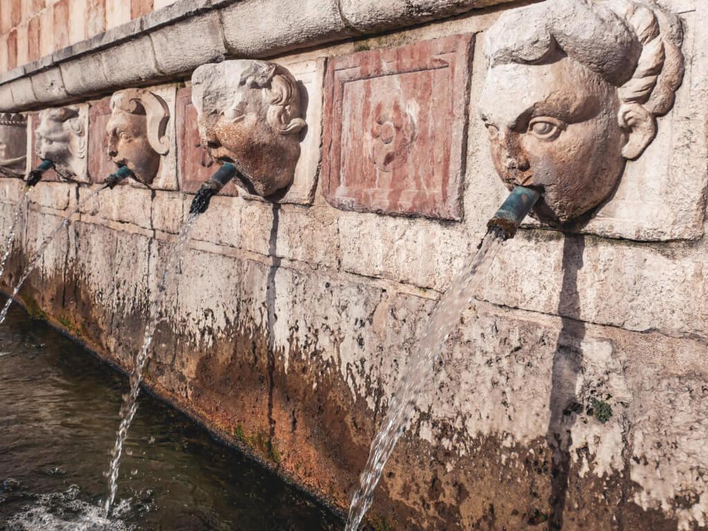 cosa vedere a l'aquila, fontana delle 99 cannelle